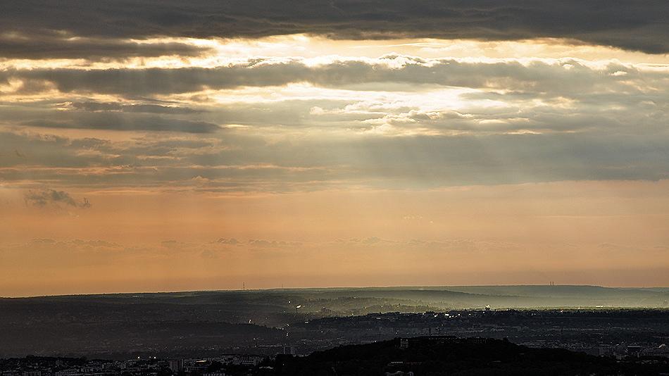Percée de rayons de soleil après la pluie dans le ciel de Paris